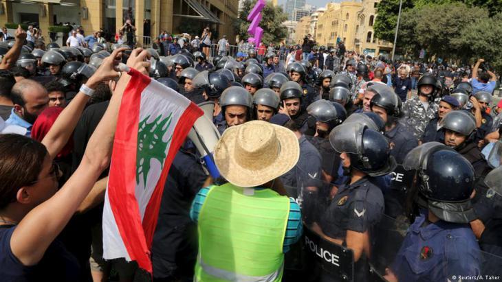 احتجاجات على الفساد السياسي والنخبة الحاكمة وتراكم النفايات والقمامة في شوارع بيروت - لبنان 2015. Foto: Reuters