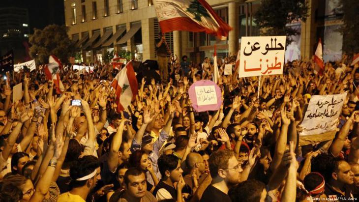 احتجاجات على الفساد السياسي والنخبة الحاكمة وتراكم النفايات والقمامة في شوارع بيروت - لبنان 2015.  Foto: Getty Images/AFP