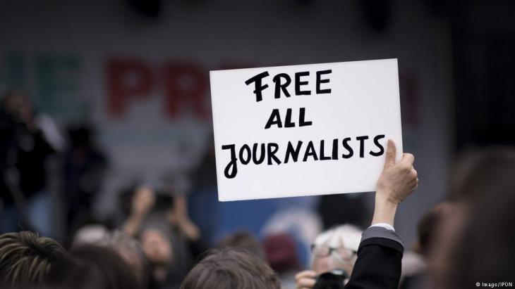 """منظمة """"مراسلون بلا حدود"""": حرية الصحافة سجلت مزيدا من التراجع في العالم العام الماضي، و""""أجواء من الكراهية والعداء"""" ضد الصحافيين خصوصا في أوروبا والولايات المتحدة ما يشكل """"تهديدا للديموقراطيات""""."""