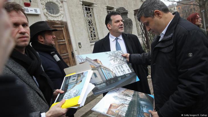 رائد صالح أثناء عرض خطط إعادة بناء كنيس يهودي في برلين - ألمانيا مارس / آذار 2018. Foto: Getty Images