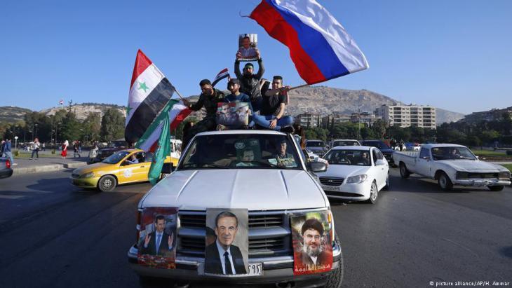 أنصار الأسد وبوتين روسيا وحزب الله لبنان وخامنئي إيران في دمشق - سوريا.  Foto: picture-alliance/AP
