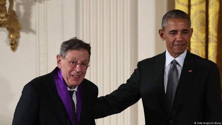 الفنان الأمريكي فيليب غلاس مع باراك أوباما عام 2015.