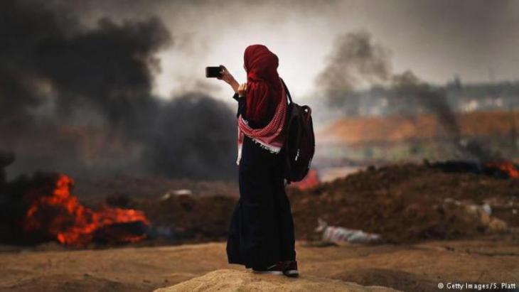 قلت الولايات المتحدة رسمياً يوم الاثنين (14 أيار/ مايو 2018) سفارتها في إسرائيل من تل أبيب إلى القدس تنفيذاً لتعهد قطعه الرئيس ترامب إبان حملته الانتخابية. إلا أن ذلك لم يمر دون تصعيد غير مسبوق؛ إذ قتل عشرات الفلسطينيين برصاص الجيش الإسرائيلي قرب السياج الفاصل بين قطاع غزة وإسرائيل.