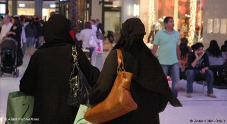 نساء وعائلات أثناء التسوق في دبي - الإمارات.