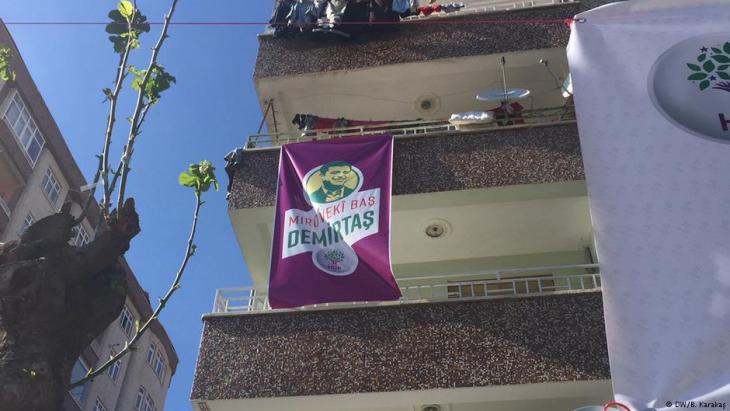 صورة للسياسي صلاح الدين ديمرتاش زعيم  حزب الشعوب الديمقراطي المؤيد للأكراد في تركيا.  (photo: DW/B. Karakas)