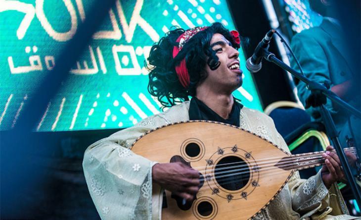 """أحد أعضاء فرقة """"كباريه الشيخات"""" وهو يعزف على العود ويغني في الدار البيضاء - المغرب. Foto: Raseef 22"""