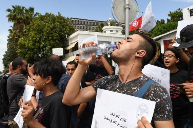 """سجال """"المجاهرة بالإفطار"""":  تونسي يشرب الماء في نهار رمضان. الصورة غسماعيل دبارة"""
