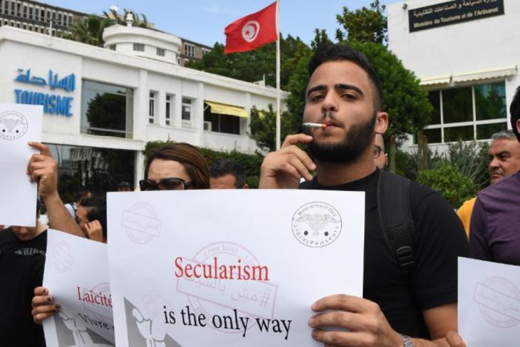 تونسي يجاهر بالتدخين في العاصمة تونس. الصورة: إسماعيل دبارة