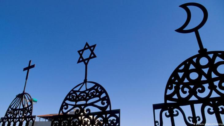 صورة رمزية حول الإسلام والمسيحية واليهودية. (source: picture alliance/Godong)