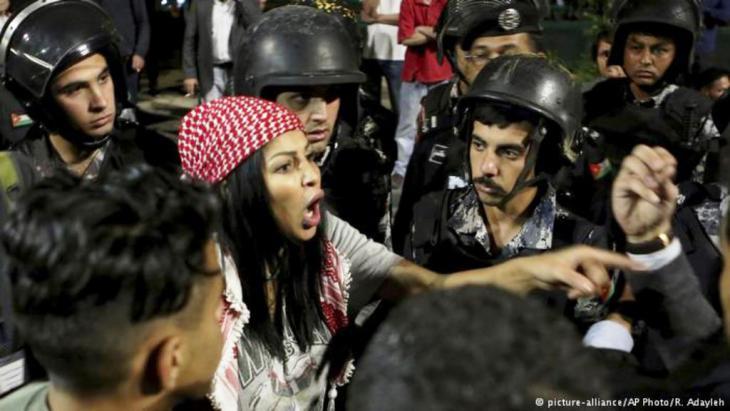 متظاهرة أردنية غاضبة في عمان.