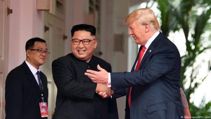 تصافح الرئيس الأمريكي دونالد ترامب والزعيم الكوري الشمالي كيم جونغ-أون صباح الثلاثاء 12 / 06 / 2018 في سنغافورة في مستهل قمة تاريخية تجمع للمرة الأولى بين زعيم كوري شمالي ورئيس أمريكي في السلطة.