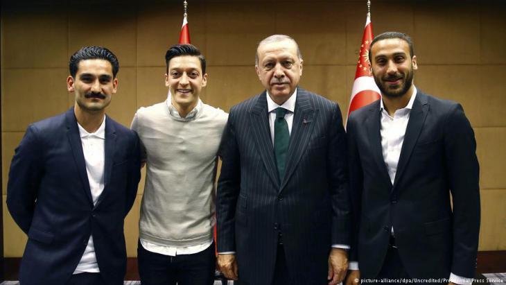 رئيس تركيا رجب طيب إردوغان مع إلكاي غوندوغان ومسعود أوزيل في تاريخ 13 / 05 / 2018. Foto: picture-alliance/dpa