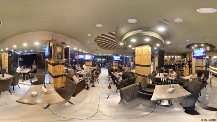 الكرادة تستعيد الحياة: مقهى (آرادن) في الكرادة أعلن فتح المقهى لـ(24) ساعة في اليوم، أمام الزبائن، من دون إغلاق أبداً.