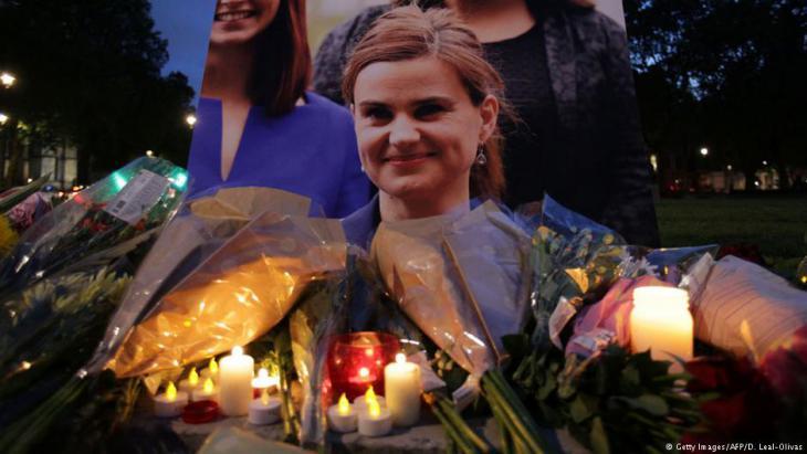 ودع البريطانيون الجمعة (17 يونيو/ حزيران 2016) البرلمانية جو كوكس التي توفيت متأثرةً بجروح بعد أن هاجمها رجل مسلح من أنصار مجموعة للنازيين الجدد تتخذ من الولايات المتحدة مقرا لها. وكانت كوكس معروفة بمواقفها الإنسانية في قضايا كقضية اللاجئين السوريين.