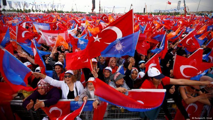 """لم يخسر الرئيس التركي أردوغان أيّا من الانتخابات التي خاضها منذ 16 عاما. لكن المشهد اليوم تغير. فتردي الأوضاع الاقتصادية قد يكلف """"التحالف الجمهوري"""" غالبيته البرلمانية، بل لا يستبعد مراقبون خسارته في الانتخابات."""