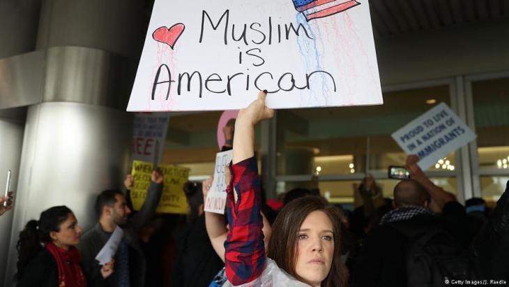 """احتجاج على حظر سفر ملايين المسلمين إلى الولايات المتحدة الأمريكية أمريكيون يهتفون """"كلنا مسلمون"""" احتجاجاً على ترامب"""