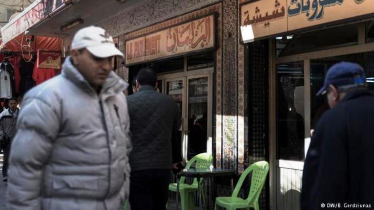 """مقهى البرلمان في تونيس: """"نملك اليوم، على الأقل، حرية الكلام""""، هذا هو لسان حال ابن الشارع في تونس. وأضحت مقاهي كالبرلمان منتديات للنقاشات التي أطلقتها الثورة من قمقمها."""