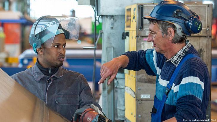 شاب أفغاني يتلقى تكوينه المهني في أحد المصانع الألمانية. في الصورة: حمزة أحمد يعمل  في ألمانيا في شركة تصنع الأجزاء الحديدية لعجلات العنفات الهوائية المولدة للكهرباء.  Foto: picture-alliance/dpa