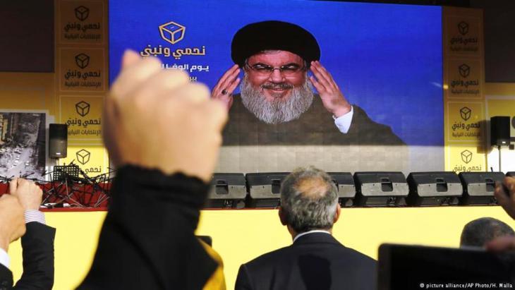 زعيم حزب الله حسن نصرالله يحي أنصاره بعد فوز الحزب في انتخابات البرلمان في مايو 2018.