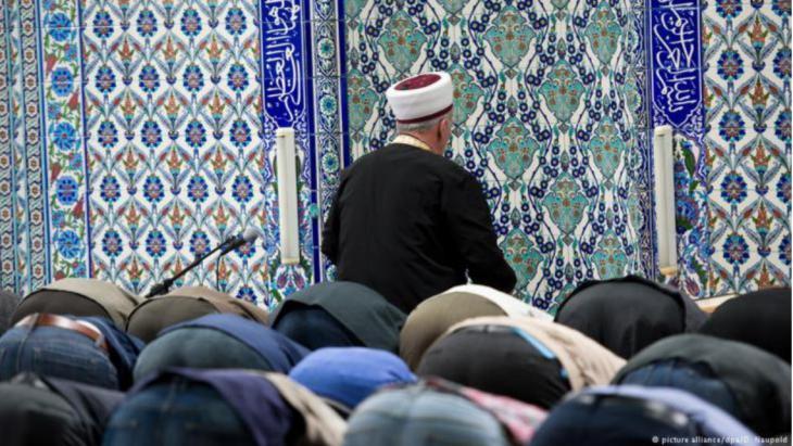 مسجد في ألمانيا - مسلمون يصلون في جامع إسلامي.