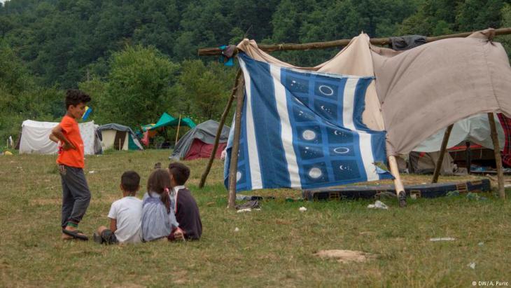 في مخيم لاجئين عشوائي في فليكا كلادوزا بالبوسنة والهرسك، طريق بلقان جديدة عبر البوسنة وكرواتيا إلى أوروبا - لاجئون عبر البوسنة وعيونهم على ألمانيا.