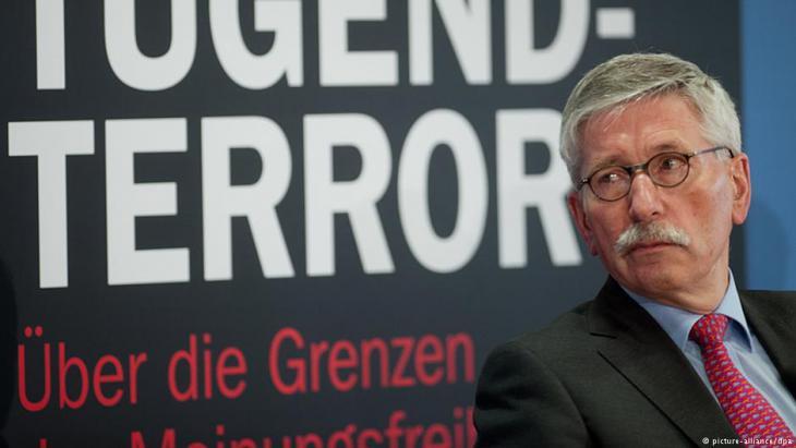 """الألماني تيلو زاراتسين قدم عام 24 / 02 / 2014 كتابه """"الإرهاب الجديد المستند على الفضيلة"""". Foto: Maurizio Gambarini/dpa"""