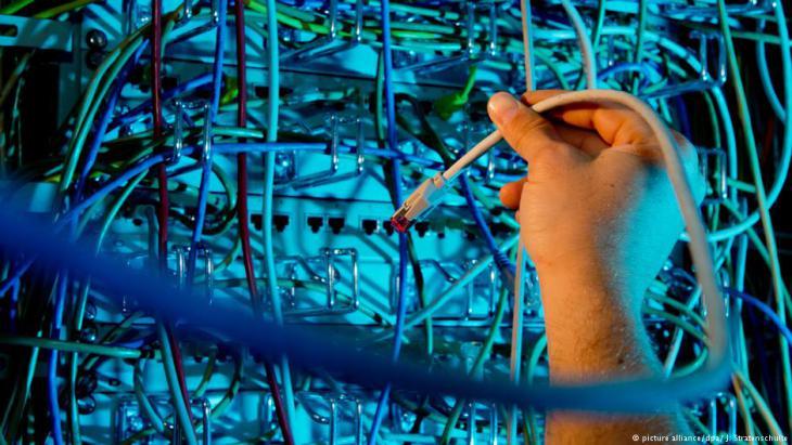 خزانة كوابل وتجهيزات إنترنت إلكترونية - صورة رمزية حول مراقبة الإنترنت. Foto: dpa/picture-alliance