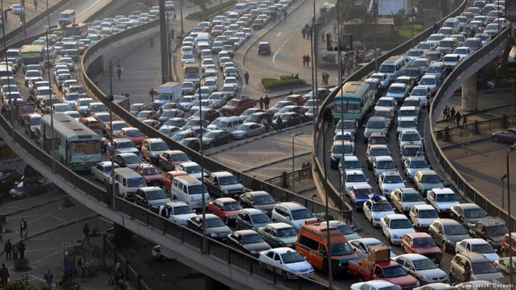 قلب القاهرة (في مصر) يعاني من مشكلة مرور لن يحلها حتى المزيد من خطوط مترو الأنفاق أو خطوط المواصلات العامة، كما تقول الخبيرة الألمانية فرانتسيسكا لاوه.  Foto: AFP/Getty Images/Khaled Desouki