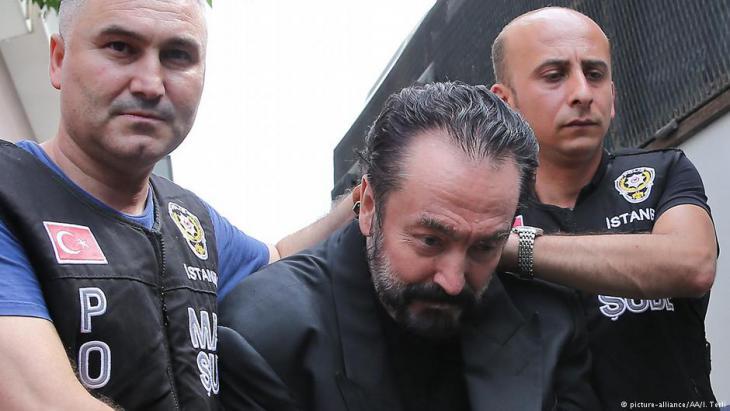 اعتقال عدنان أوكتار -الذي يطلق على نفسه اسم هارون يحيى- في اسطنبول، تركيا. Foto. picture-alliance/AA