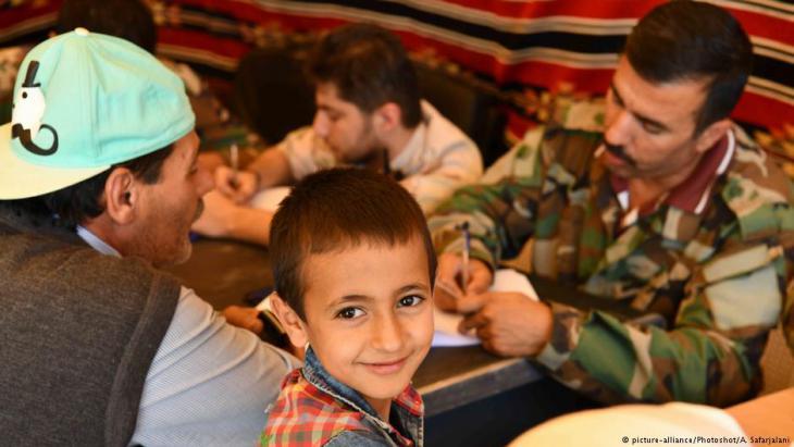 تفحص وثائق لاجئين سوريين في طريق عودتهم من بلدة عرسال في لبنان إلى قرية الجراجير في سوريا.