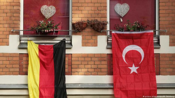 تُعدّ الجالية التركية هي الأكبر في ألمانيا. علم ألمانيا وعلم تركيا على شرفة أحد المنازل مع شكلين لقلبين كدلالة على حب البلدين كليهما.
