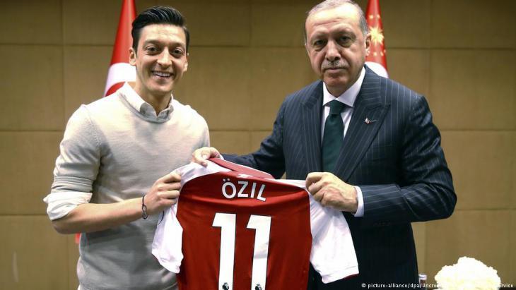 لاعب منتخب ألمانيا السابق ذو الأصل التركي مسعود أوزيل مع الرئيس التركي إردوغان