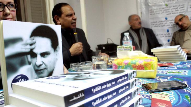 علاء الأسواني خلال نقاش في القاهرة عرض فيه روياته الجديدة.