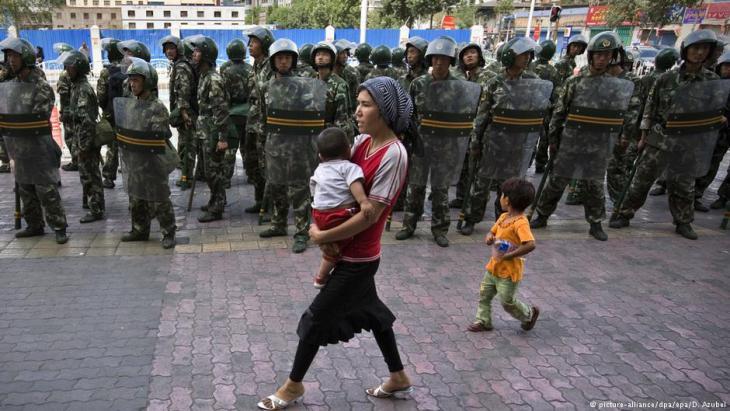قام الجنود الصينيون بدوريات في أحياء الأويغور الصينيين المسلمين لسنوات عديدة.