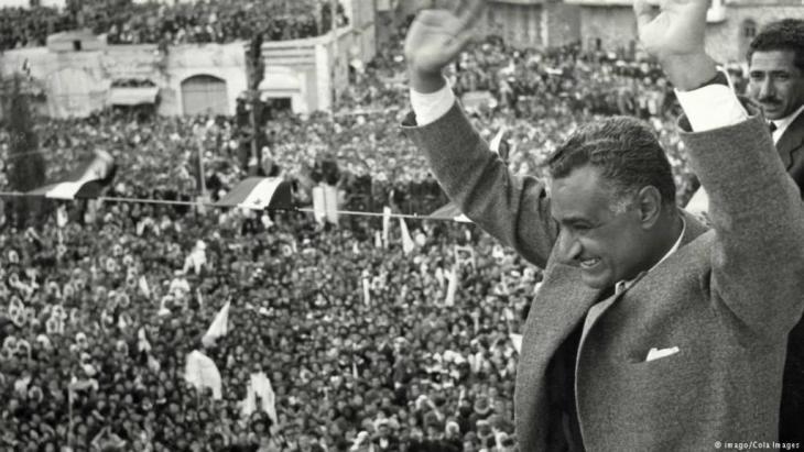 جمال عبد الناصر بعد أن كان رئيس الجمهورية العربية المتحدة مصر وسوريا وهو يحيِّي الجماهير  في القاهرة بعد قطع العلاقات مع سوريا.
