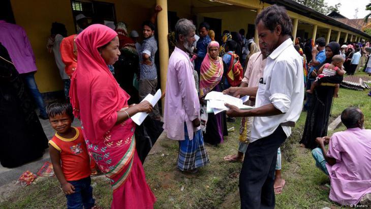قرويون مسلمون من أصول بنغالية في ولاية أسام الهندية في شمال شرق الهند يسلمون وثائقهم لتتحقق منها السلطات الهندية.  (photo: Reuters)