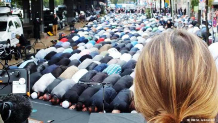 مسلمون في صلاة الجمعة في شارع في برلين وصحفيون ألمان يصورونهم. Photo DW Ali Almakhlafi
