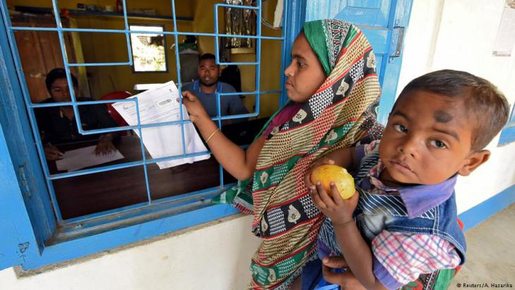 مسلمون من أصول بنغالية في ولاية أسام الهندية في شمال شرق الهند يسلمون وثائقهم لتتحقق منها السلطات الهندية.