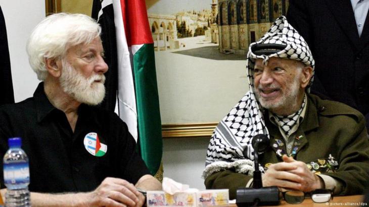 داعية السلام أوري أفنيري التقى عدة مرات ياسر عرفات مثلا هنا في رام الله عام 2004. Foto: picture-alliance/ dpa