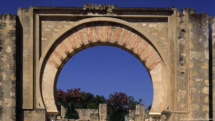 مدينة الزهراء الأندلسية - قوس بوابة المدخل إلى بلازا ديس أرماس قُرب قرطبة  - إسبانيا.  Foto: picture-alliance
