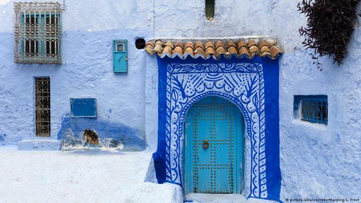 منظر باب تاريخي في مدينة شفشاون القديمة (المدينة الزرقاء) في المغرب.  Foto: picture-alliance