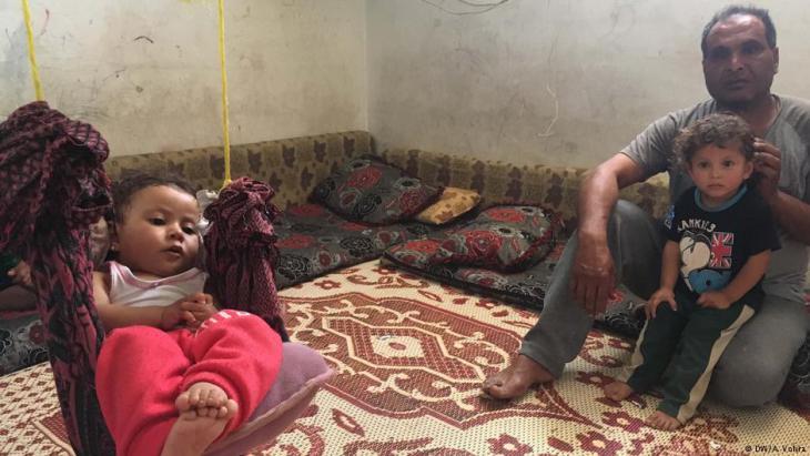 مزيد مع عائلته في مخيم للاجئين في لبنان - ناجٍ من الموت يكشف التعذيب في سجون سوريا الأسد