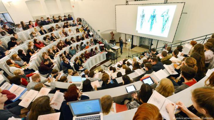 قاعة تعليمة ممتلئة بالطلاب في جامعة هاله في ألمانيا