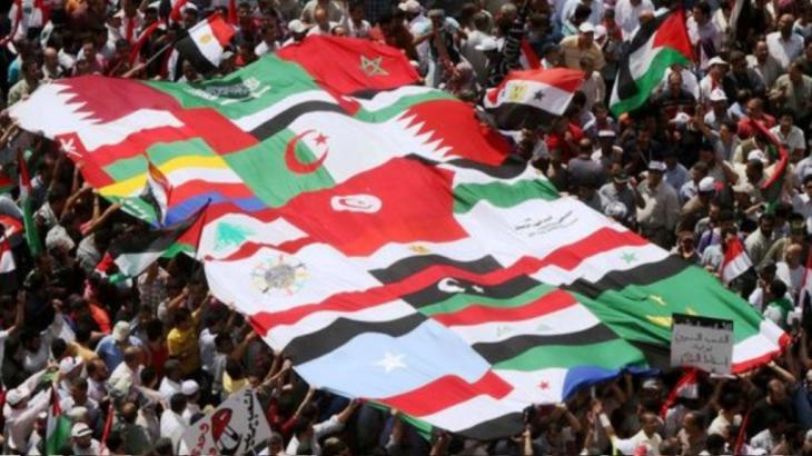 حشود جماهيرية تحمل أعلام الدول العربية في ميدان التحرير أثناء الربيع العربي في القاهرة - مصر picture alliance