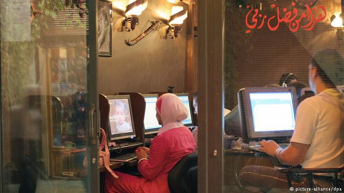 شباب عرب في محل إنترنت. Foto: dpa/picture-alliance
