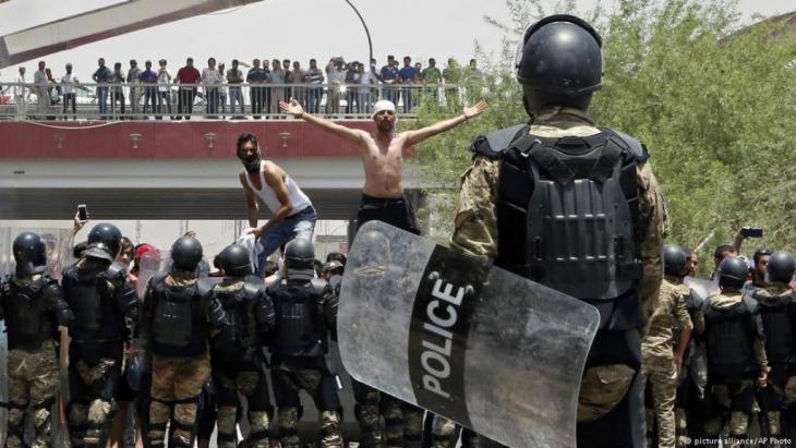 احتجاجات قرب منشآت استراتيجية في البصرة جنوب العراق