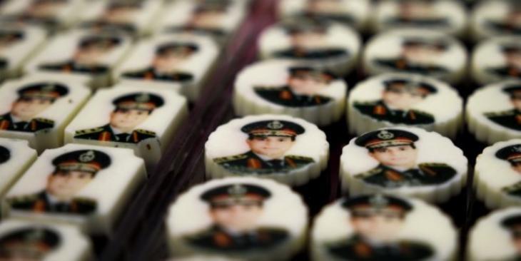 صور السيسي على قِطَع الشوكولاتة في محل حلويات في مصر.   Foto: picture alliance/dpa/Sebastian Backhaus