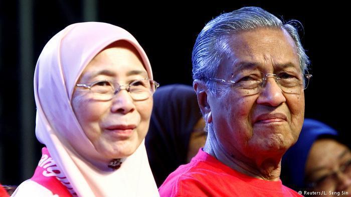 في الصورة: مهاتير محمد مع السياسية الماليزية وان عزيزة