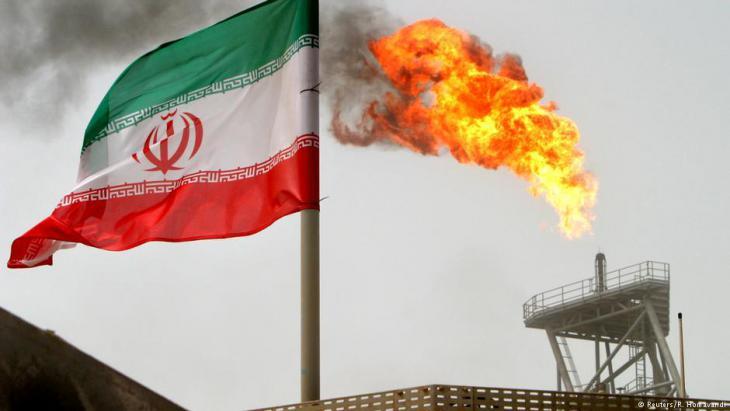إشتعال الغاز على منصة إنتاج النفط في حقل سوروش للنفط وعلى المنصة العلم الإيراني. (photo: Reuters/R. Homavandi)
