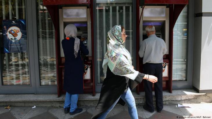 إيرانيون يستخدمون آلات الصرَّاف الآلي لسحب النقود في طهران – إيران. (photo:picture-alliance/AA/F. Bahrami)